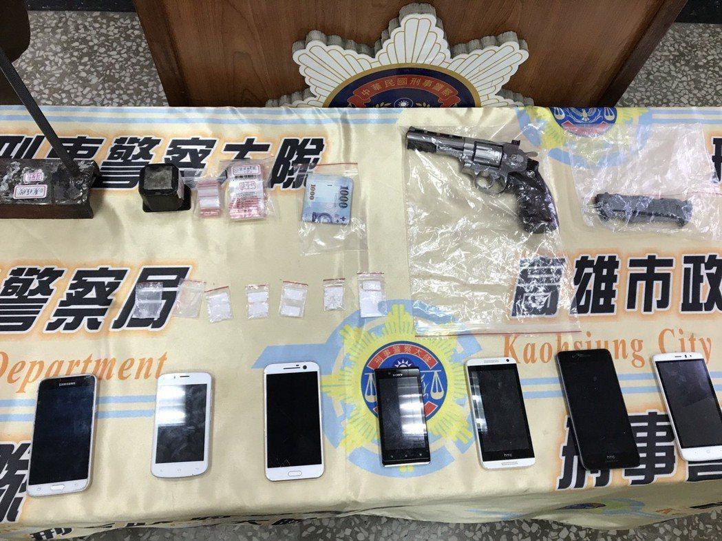 警方在陸姓男子的車上查扣轉輪空氣槍、毒品海洛因、安非他命等物品。記者劉星君/攝影