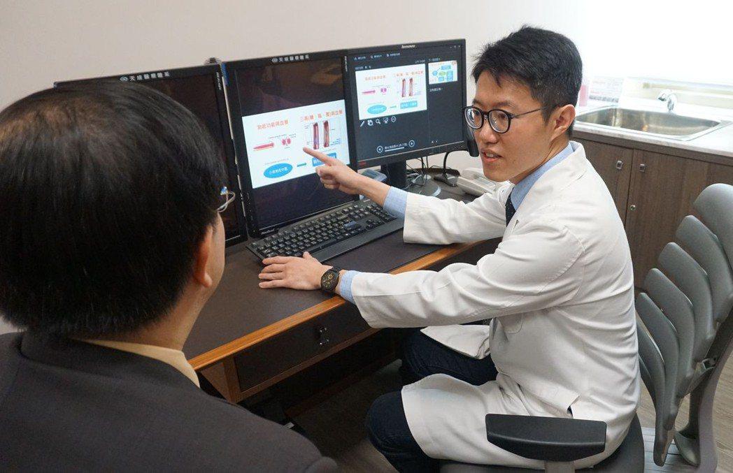 彭元宏醫師除了門診,也提供相關諮詢解惑。記者鄭國樑/攝影