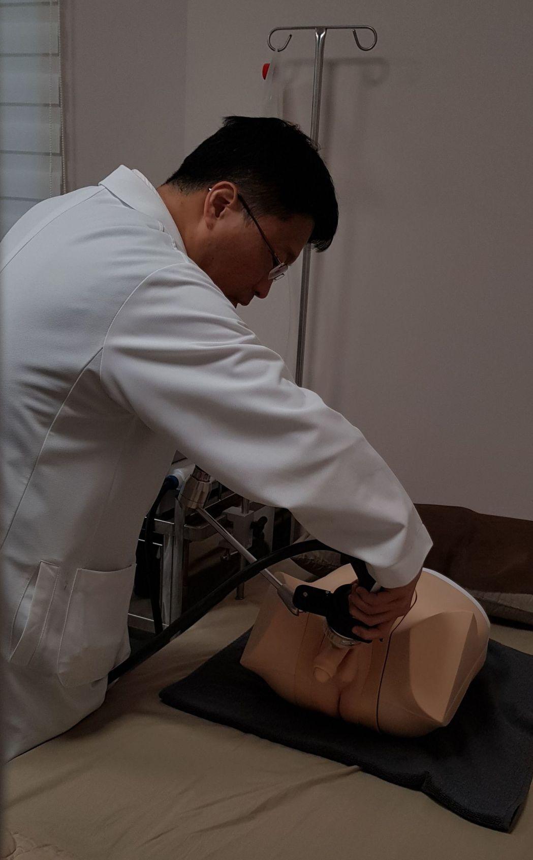 蔡芳生醫師用模型示範「低能量震波治療」方法。記者鄭國樑/攝影