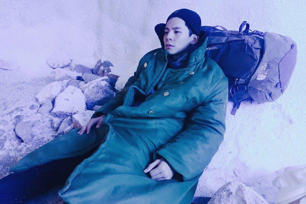林柏宏在雪洞中拍攝電影「冰峰暴」。圖/周子娛樂提供