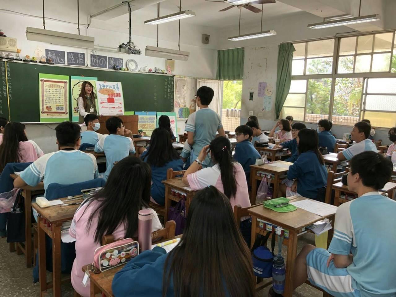 高市大寮戶所行動駐點服務,來到中庄國中,協助國中生們申辦身分證,設計小遊戲讓學生...