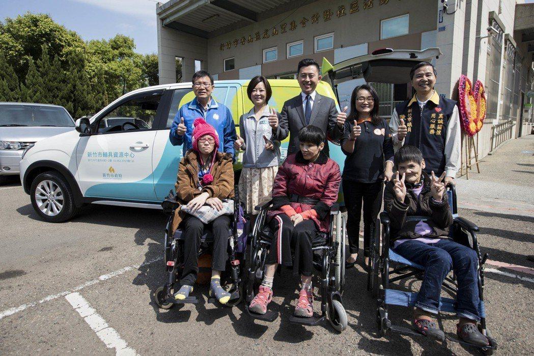 新竹市府提供輔具維修到府服務,讓身障者能定期檢測輔具。圖/新竹市政府提供