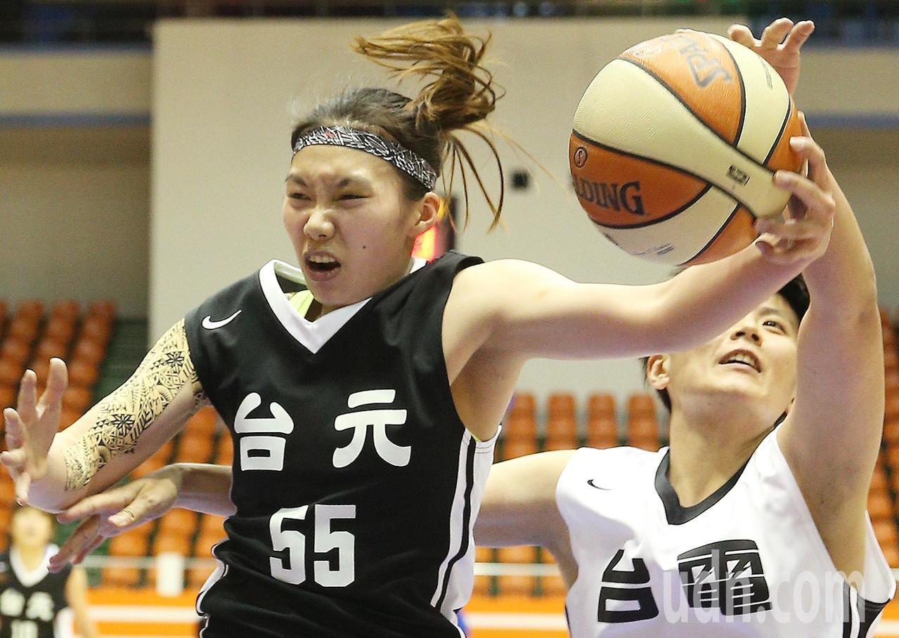 台元對台電,台元彭曉彤(左)飛身躍起,將籃板球抓牢牢。記者陳正興/攝影