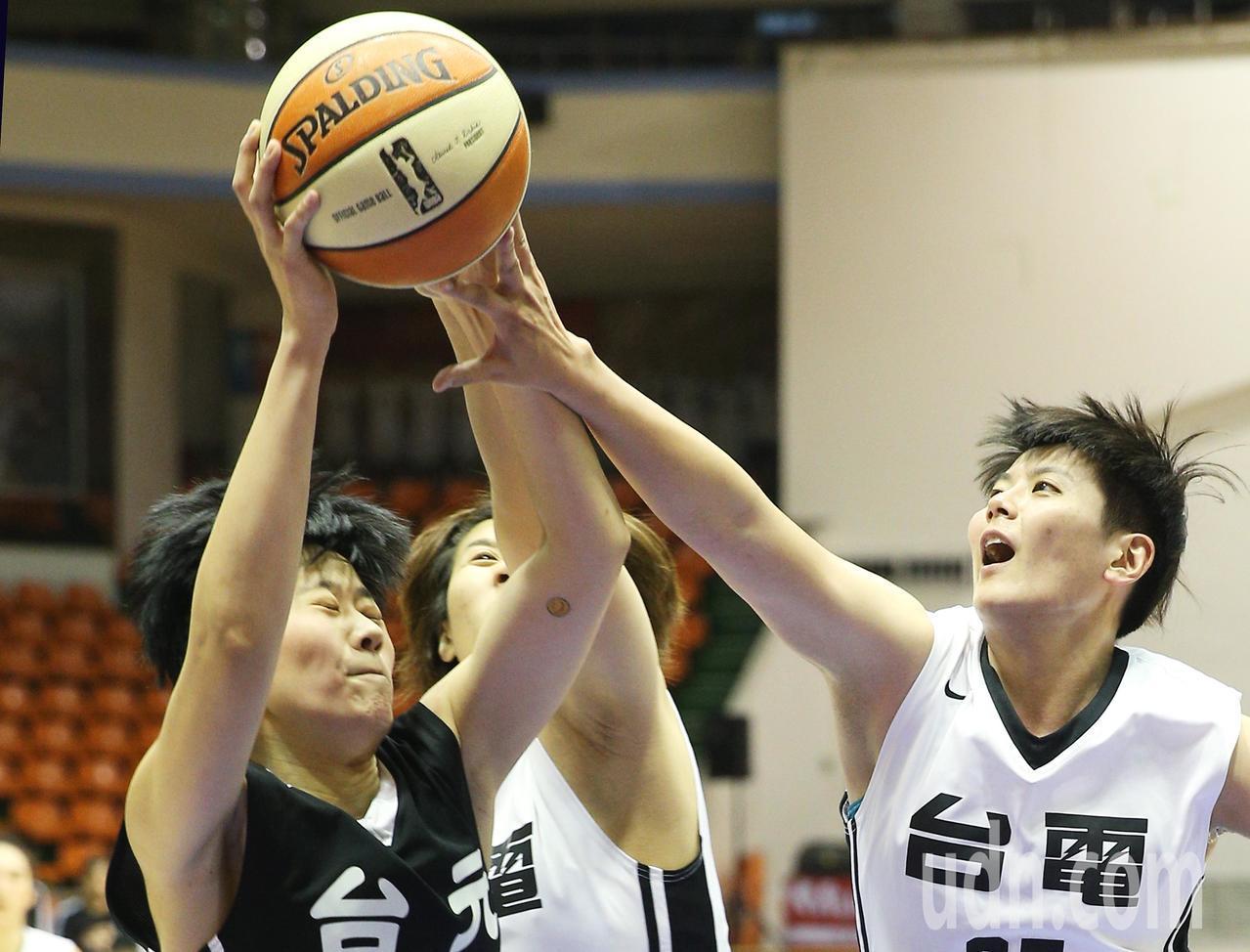 台元對台電,台元吳盈潔(左)與台電辛宜芝(右)拚搶籃板球激烈。記者陳正興/攝影