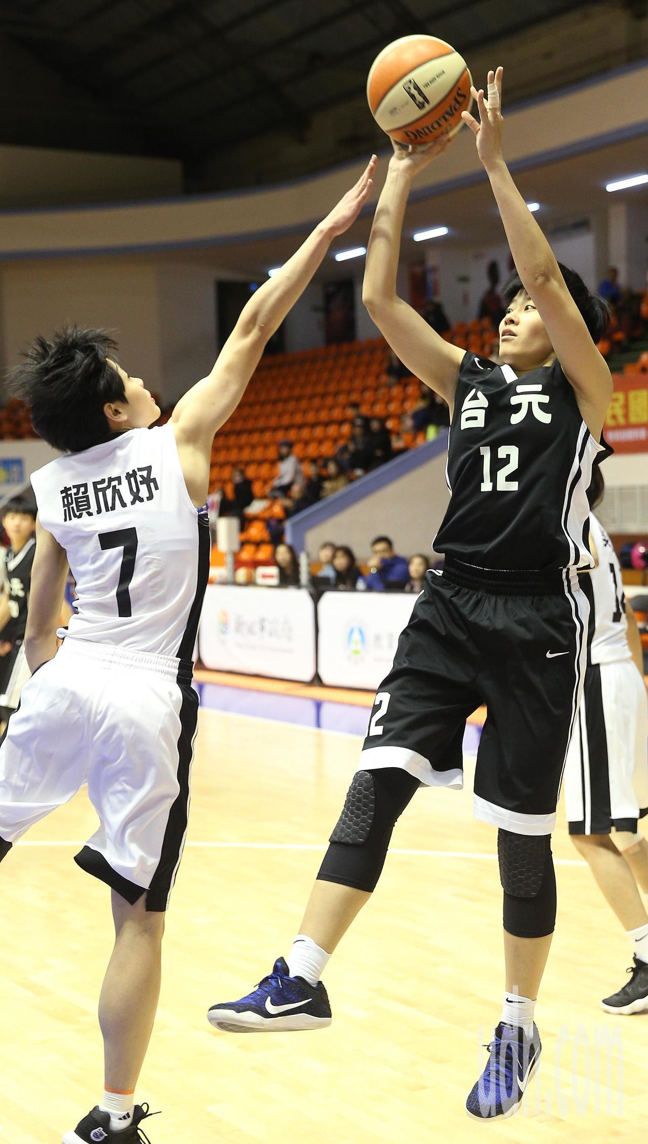台元對台電,台元吳盈潔(右)後仰跳投甩開防守球員。記者陳正興/攝影