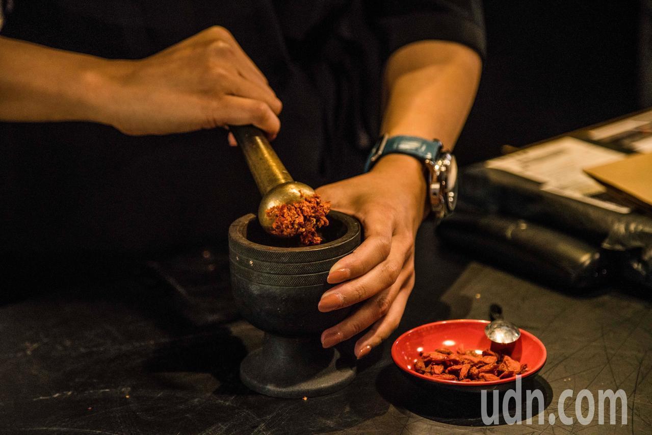 漢方咖啡中加進現攪的枸杞咖啡和人參咖啡,都是特調咖啡。記者蔡維斌/攝影