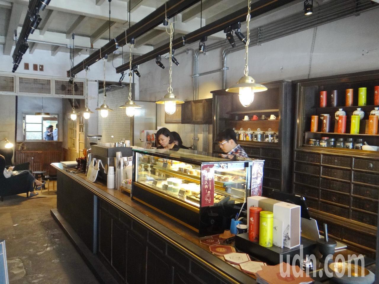 古早的保生堂藥鋪子變成現代的咖啡茶樓,成為北港老街最具特色的小天地。記者蔡維斌/...