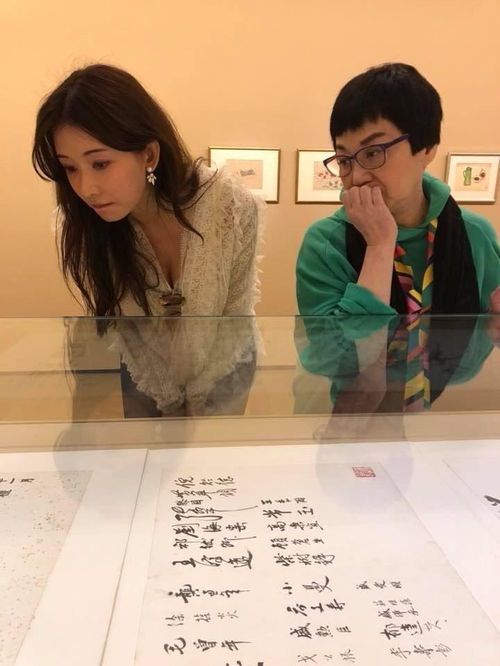 林志玲與張小燕抽空一同看畫展。圖/摘自臉書