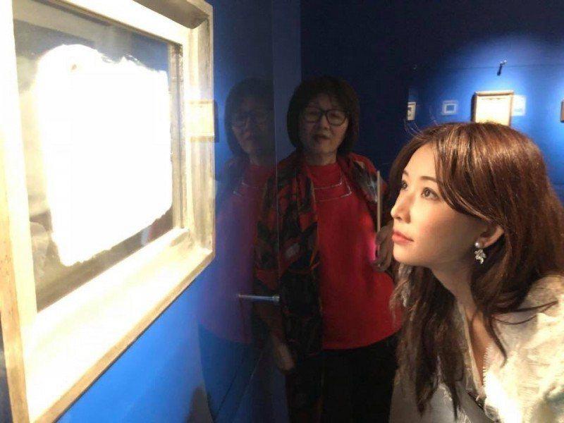 林志玲專心看畫,完全沒在管外界傳她近日就要成婚。圖/摘自臉書