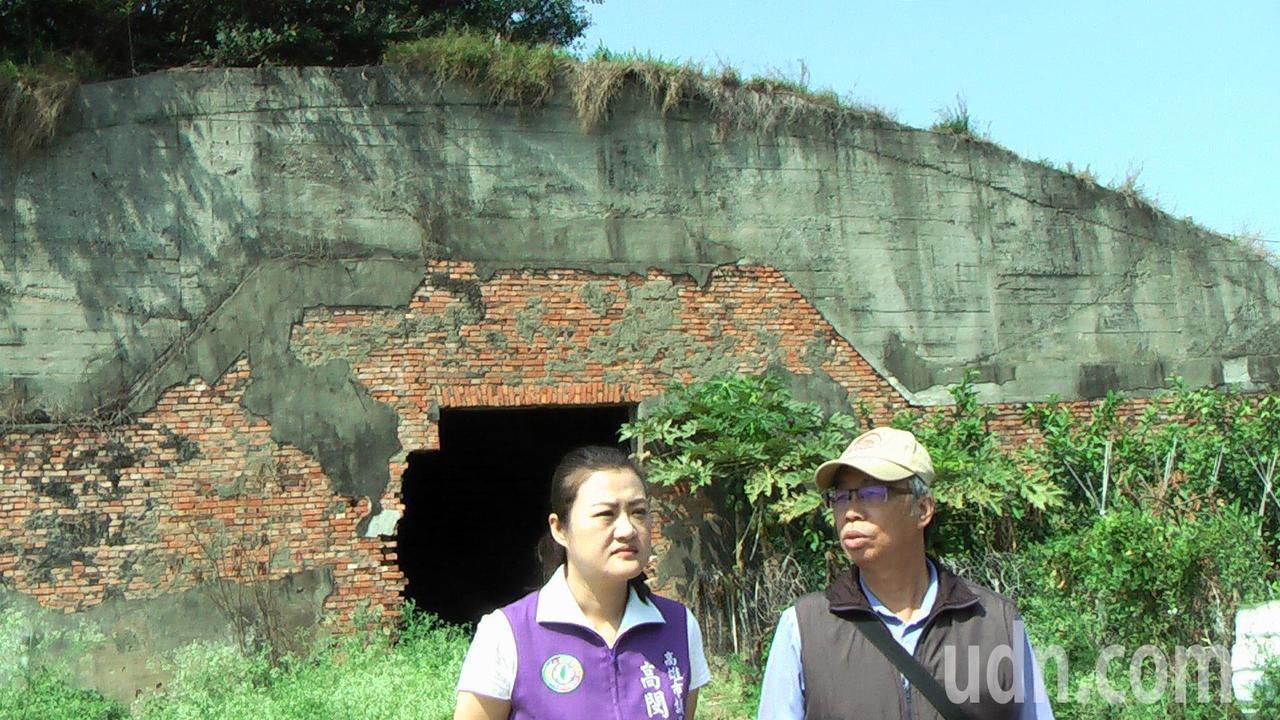 高雄市議員高閔琳(左)與舊城文化協會理事長郭吉清(右),希望保留空軍官校機場西面...
