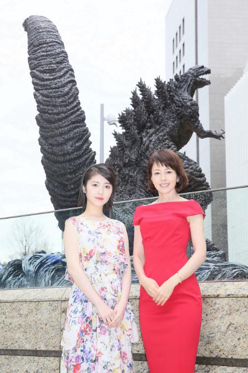 年過半百的澤口靖子(右)與新生代美女濱邊美波一起為哥吉拉廣場揭幕。圖/摘自twi...