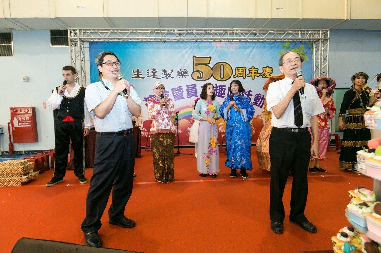 生達製藥公司范進財(右)、范滋庭(左)父子,在50周年慶時同台飆歌。圖/生達製藥...