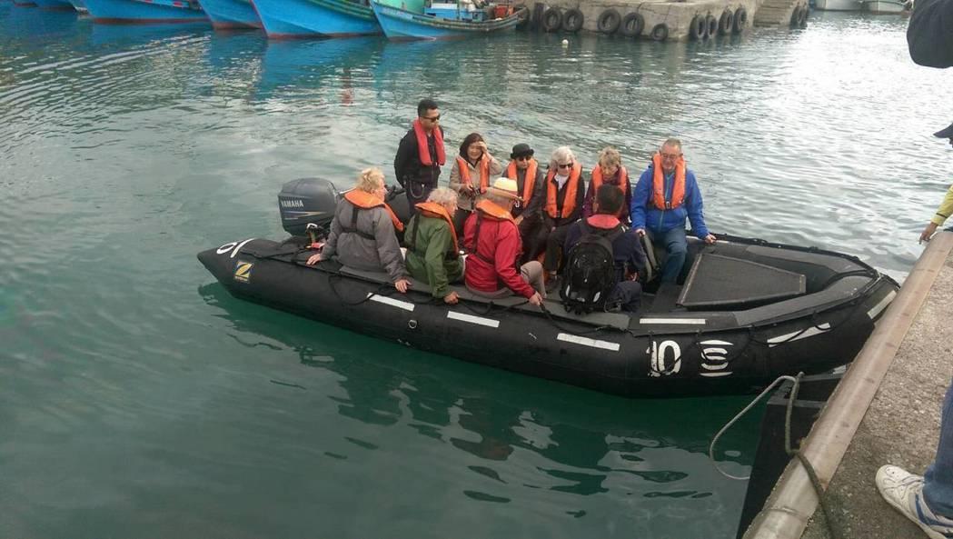 英國郵輪遊客搭橡皮艇上岸,展開台東1日遊,都感到是很特別的經驗。記者尤聰光/攝影