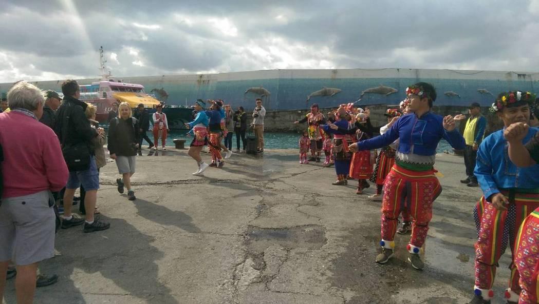 台東縣政府為迎接這些歐洲賓客,特別安排高山舞集歌舞在碼頭迎賓,展現台東在地的文化特色與人文景觀。記者尤聰光/攝影