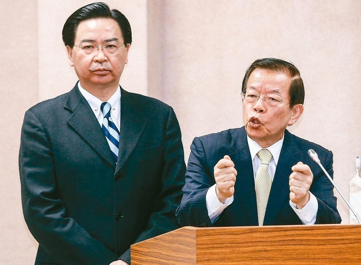 駐日代表謝長廷(右)與外交部長吳釗燮(左)昨天至立法院外交及國防委員會列席備詢。...