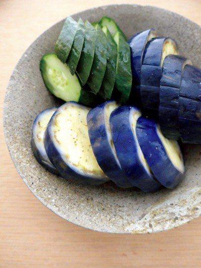 帶有苦味的時蔬與嫩筍,最能象徵春日的來臨;而飽滿的夏季蔬菜,醃漬成醬菜也相當美味...