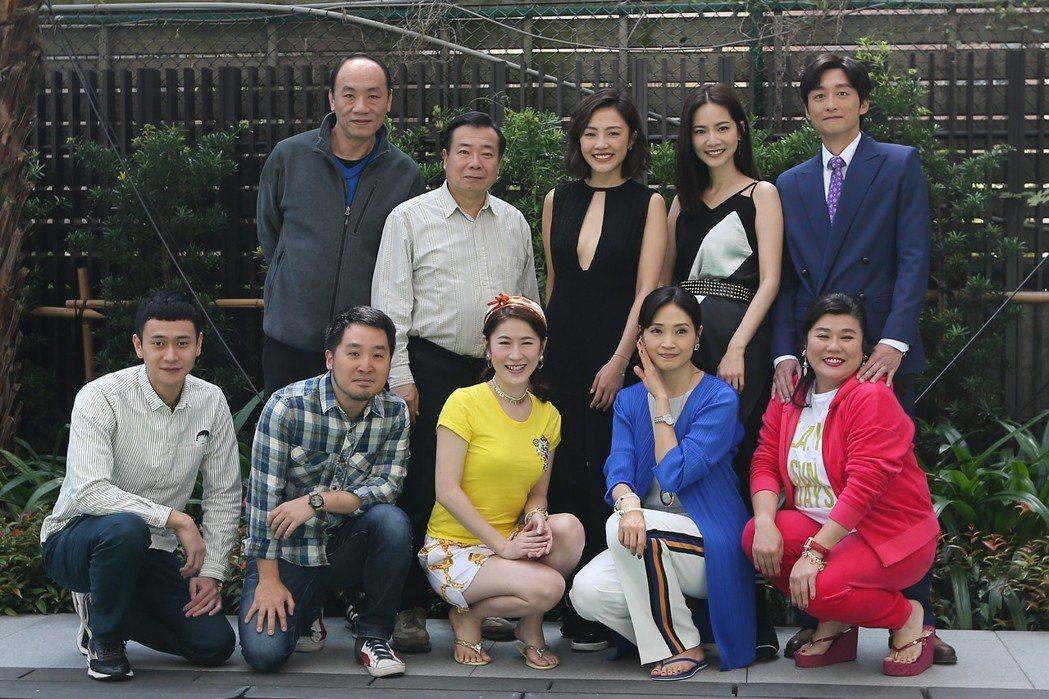 演員王自強(後排左起)、廖峻、小8、曾之喬、柯宇綸、劉冠廷(前排左起)、導演李中...