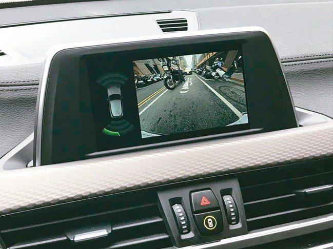 標配6.5吋中控螢幕,隨時掌控車後交通動態,避免事故。 圖/陳志光、汎德