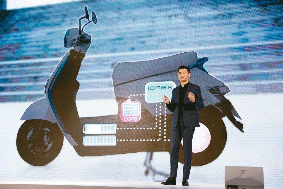 光陽集團董事長柯勝峯宣布,未來三年將推出十款電動機車,在20個國家布建充換電網路...