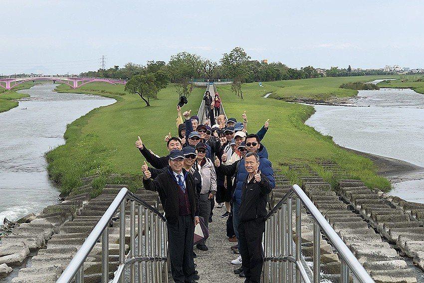 與會人員觀摩參訪安農溪分洪堰。 中興基金會/提供