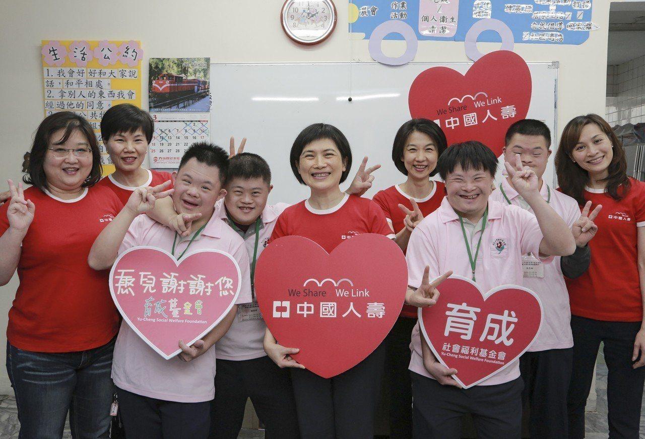 中壽55周年慶活動「Give Me Five讓愛傳遞」,總經理黃淑芬(前排中)率...