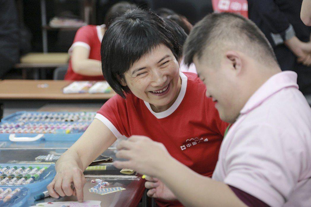 中壽總經理黃淑芬與育成基金會憨兒們共同創作「夢想之翼」裝置藝術。 中國人壽/提供