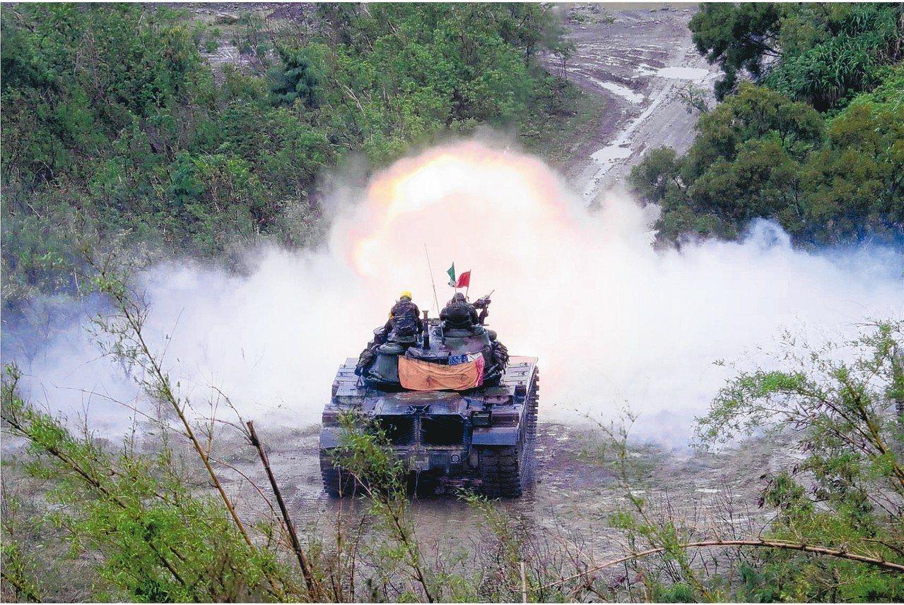 屏東三軍聯訓基地的戰車射擊(見圖)操演。 記者潘欣中/翻攝