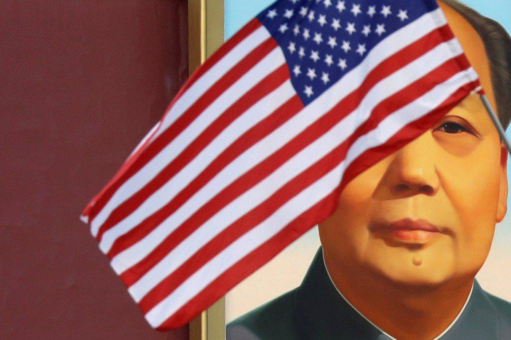 美國和大陸的貿易戰山雨欲來。圖為美國國旗在天安門毛澤東畫像前飄揚。 路透