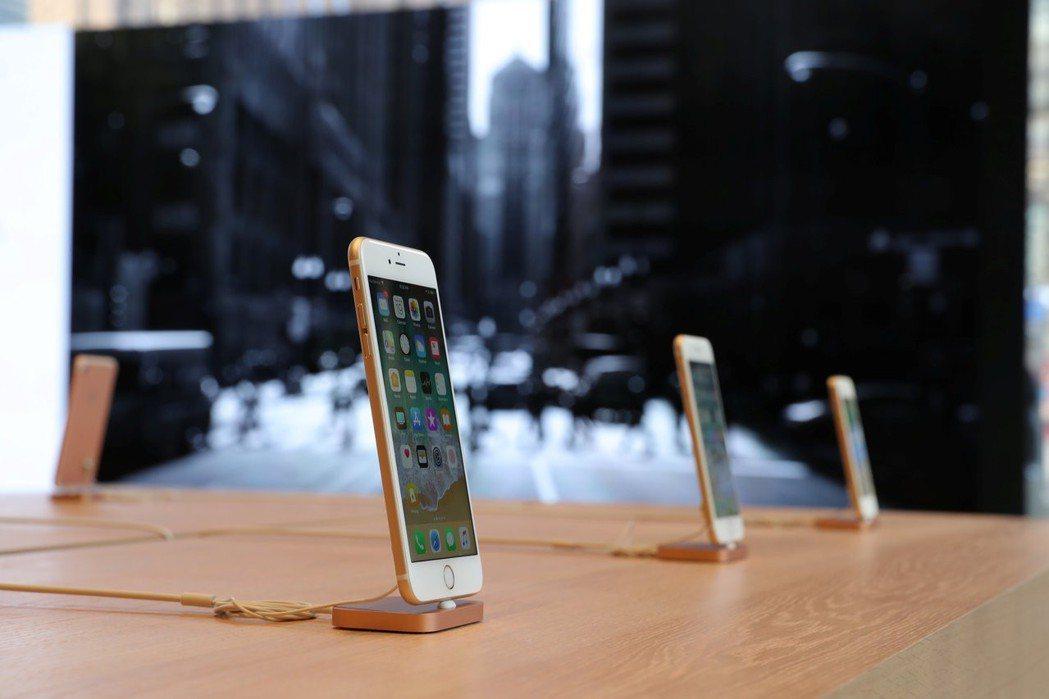 蘋果積極升級磁性連接器品質,傳提升鎳材料為基礎的金屬玻璃材質。 REUTERS
