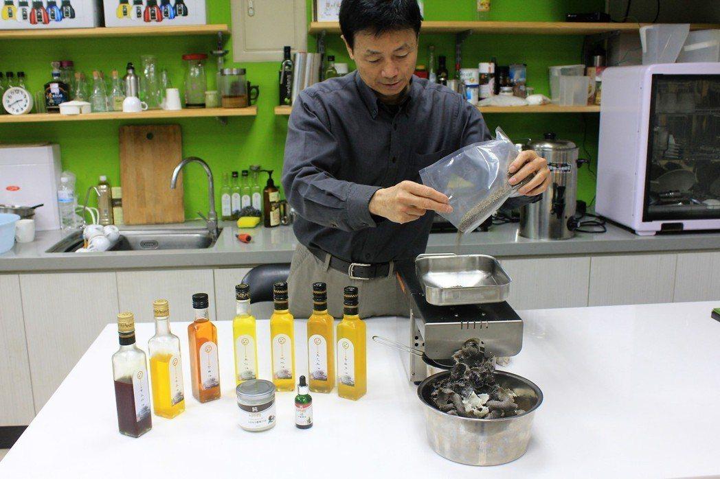 歐霖榨油機負責人劉英欽於示範榨油機,榨出來的油清澈溫潤。 李憶伶/攝影。