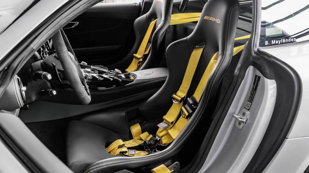 換上跑車座椅及六點式安全帶。 摘自Mercedes-AMG