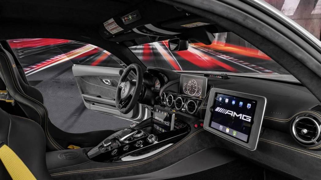 一對I APD隨時監控賽道狀況。 摘自Mercedes-AMG