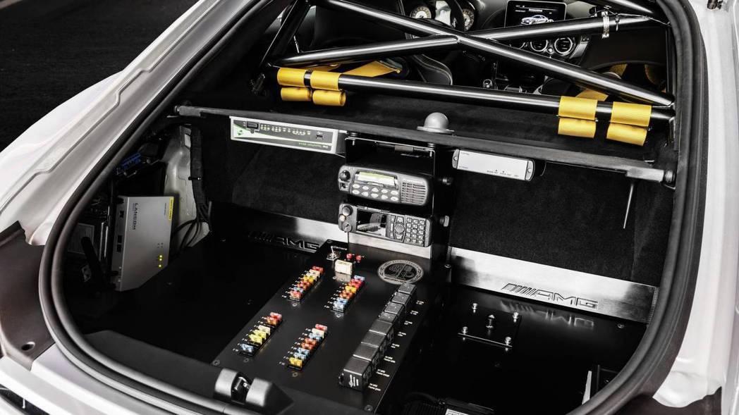 加裝上防滾籠及各種通訊器材。 摘自Mercedes-AMG