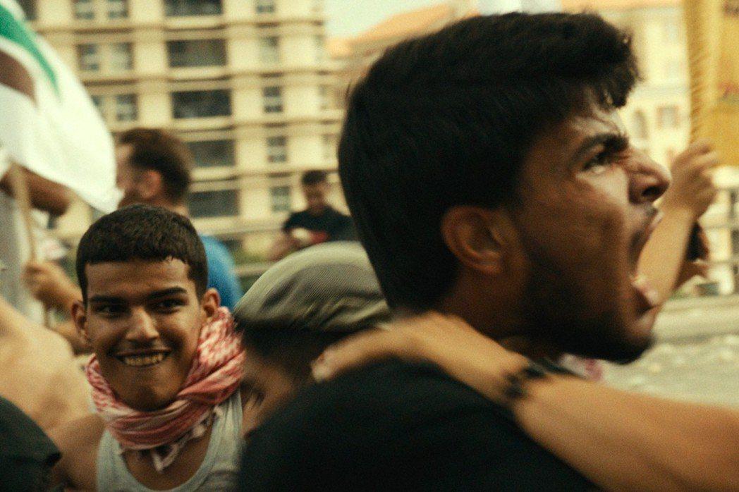 透過媒體的推波助瀾,東尼與葉瑟的官司被視為黎巴嫩境內基督徒與巴勒斯坦難民間的正義決戰,社會上到處爆發衝突,動盪不安。 圖/海鵬影業提供