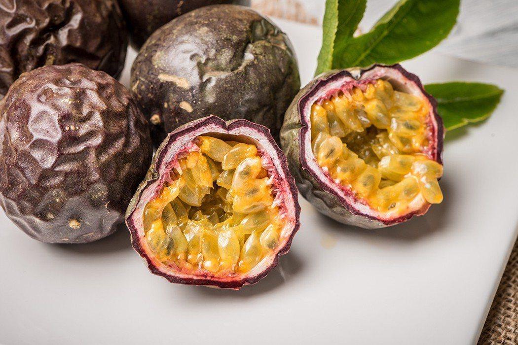除了果肉(假種皮)之外,百香果的種子和與果皮其實都各有營養價值。 圖片/ingi...