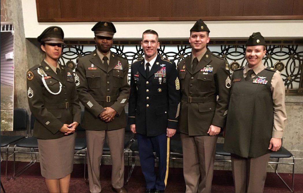 美國陸軍下一代的軍服,將由現行深藍色(中),回到二次大戰的橄欖綠色系。新款制服也...
