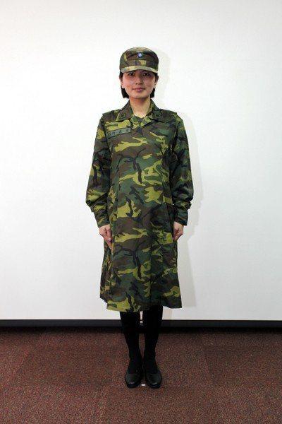 國防部2013年孕婦軍服,圖為迷彩服版本,仍採長裙設計,但以平底鞋取代野戰靴。 ...