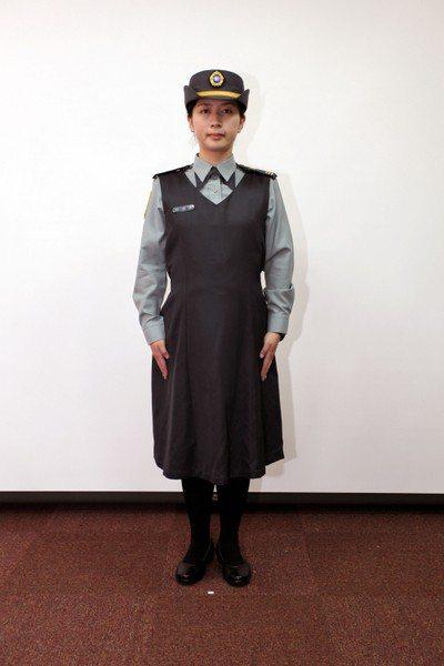 國防部2013年推出孕婦軍服,圖為陸軍軍便服,以連身長裙代替長褲。 圖/國防部提...