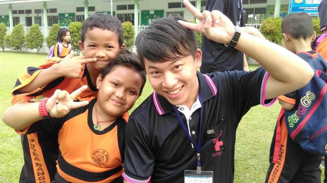元培醫檢系林祐陞(右)擔任國際志工與印尼小朋友打成一片。 元培/提供
