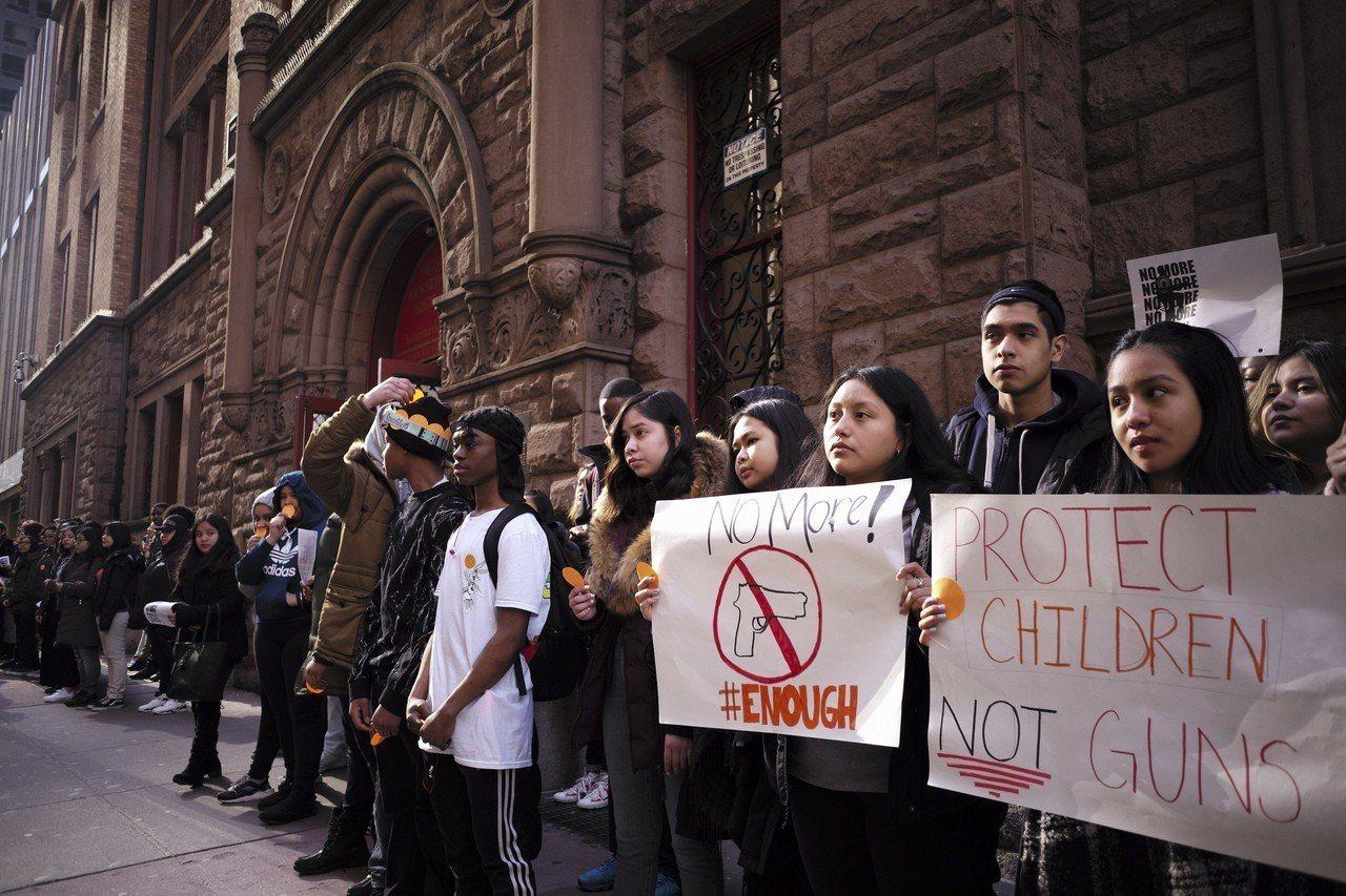 當地時間3月14日,美國紐約傑奎琳肯尼迪高中的學生手舉標語、高呼口號,要求政府採...