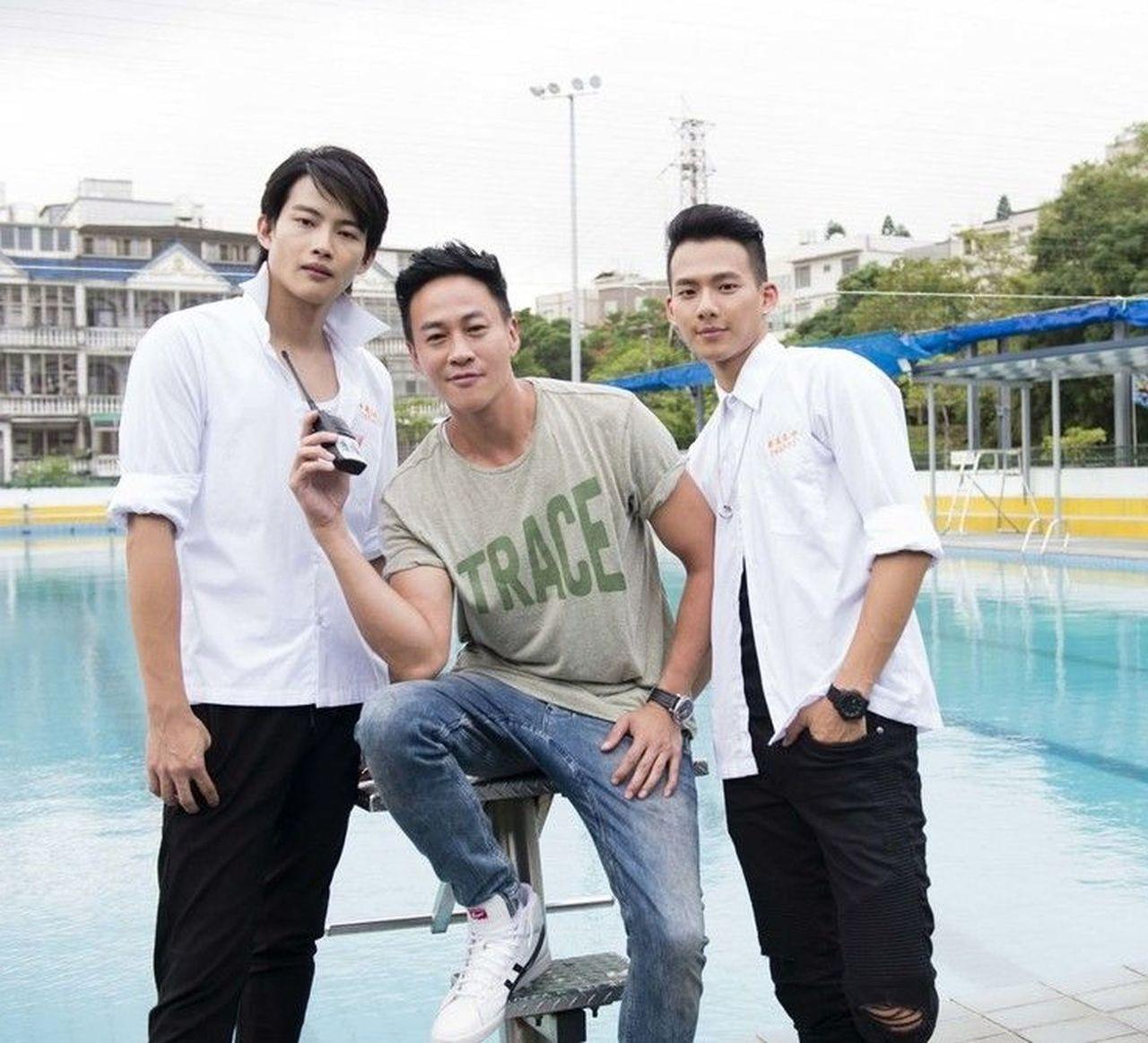 張庭瑚(左起)、何潤東、吳念軒拍攝「翻牆的記憶」。圖╱TVBS提供