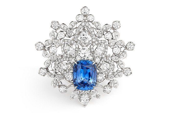 皇室漫步系列18K白金藍寶石戒指,主石為錫蘭的5.01克拉藍寶石。