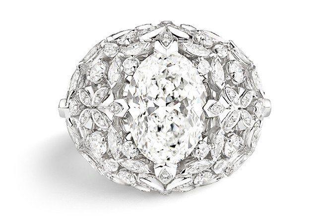 皇室漫步系列18K白金戒指,主石為5.82克拉鑽石。