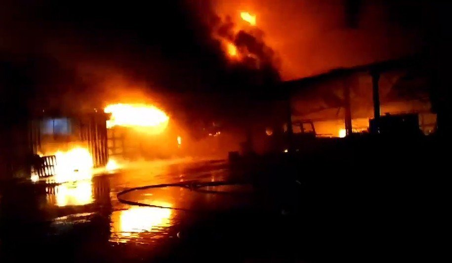 八里地區1家油墨工廠堆滿油墨、溶劑、汽油等危險物品的倉庫起火,初估燃燒面積近30...