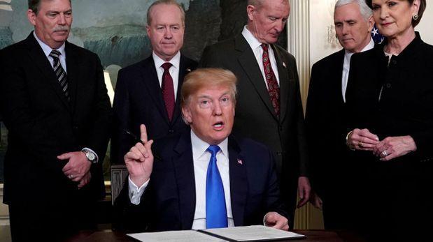川普周四在白宮簽署行政備忘錄,指示美國貿易代表對中國最多600億美元的產品徵收關...
