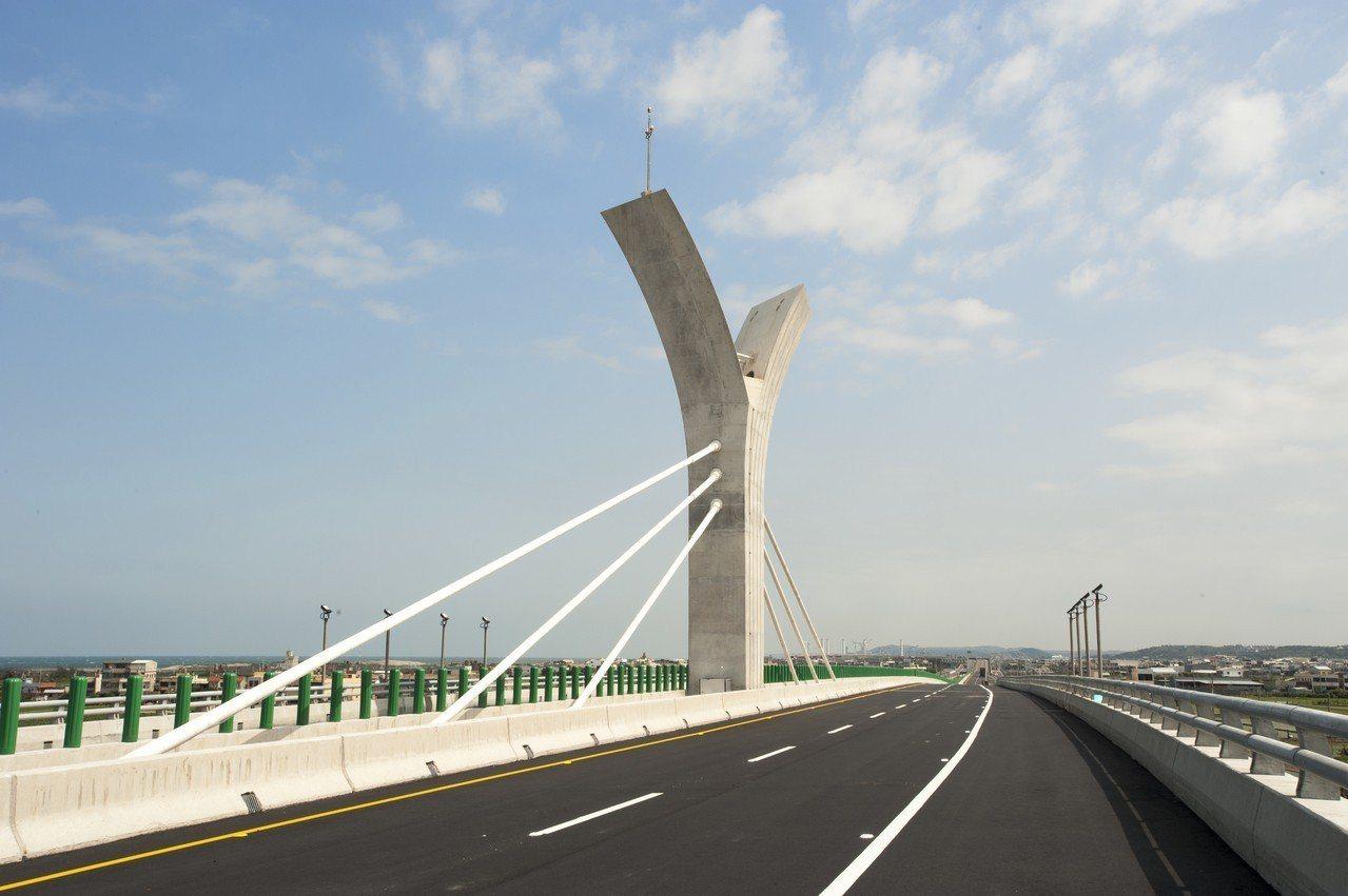 三角藺不對稱脊背景觀橋,以藺草造型脊背橋、彰顯在地傳統編織技藝。記者黑中亮/攝影