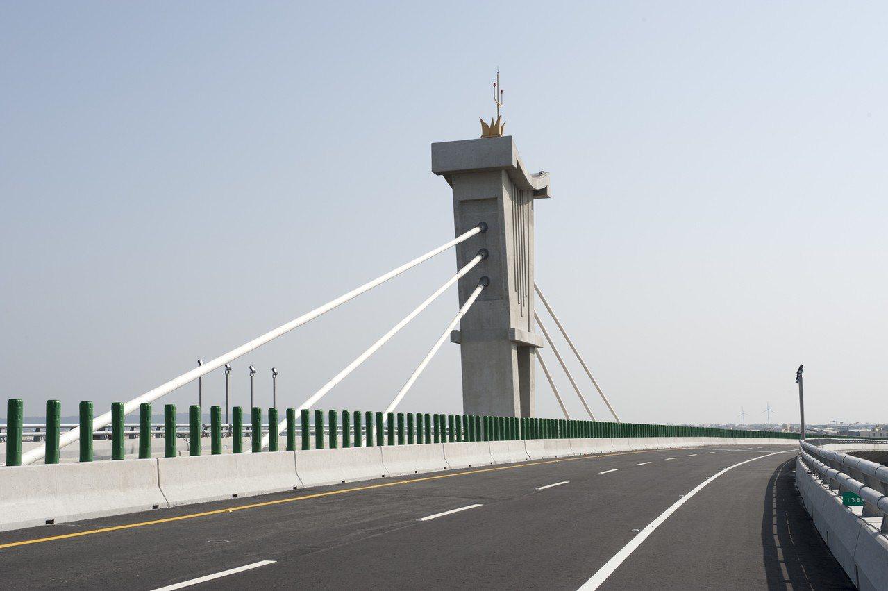 凌橋腳造型脊背橋的橋塔景觀造型,以媽祖座轎轎身意象發想,祈求用路人受到庇蔭保平安...