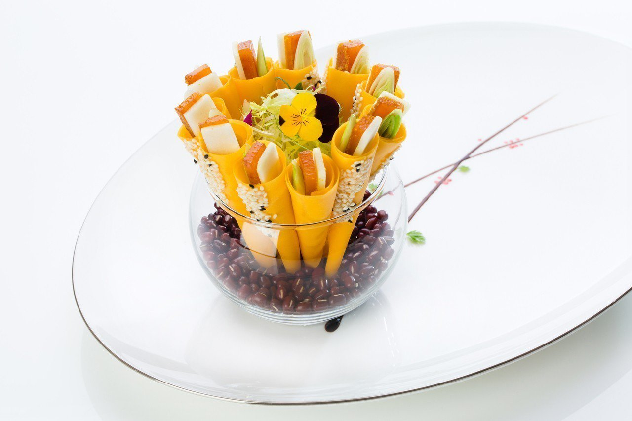 文華東方脆筒蘋果烏魚子,菜色簡潔美味。圖/台北文華東方酒店提供