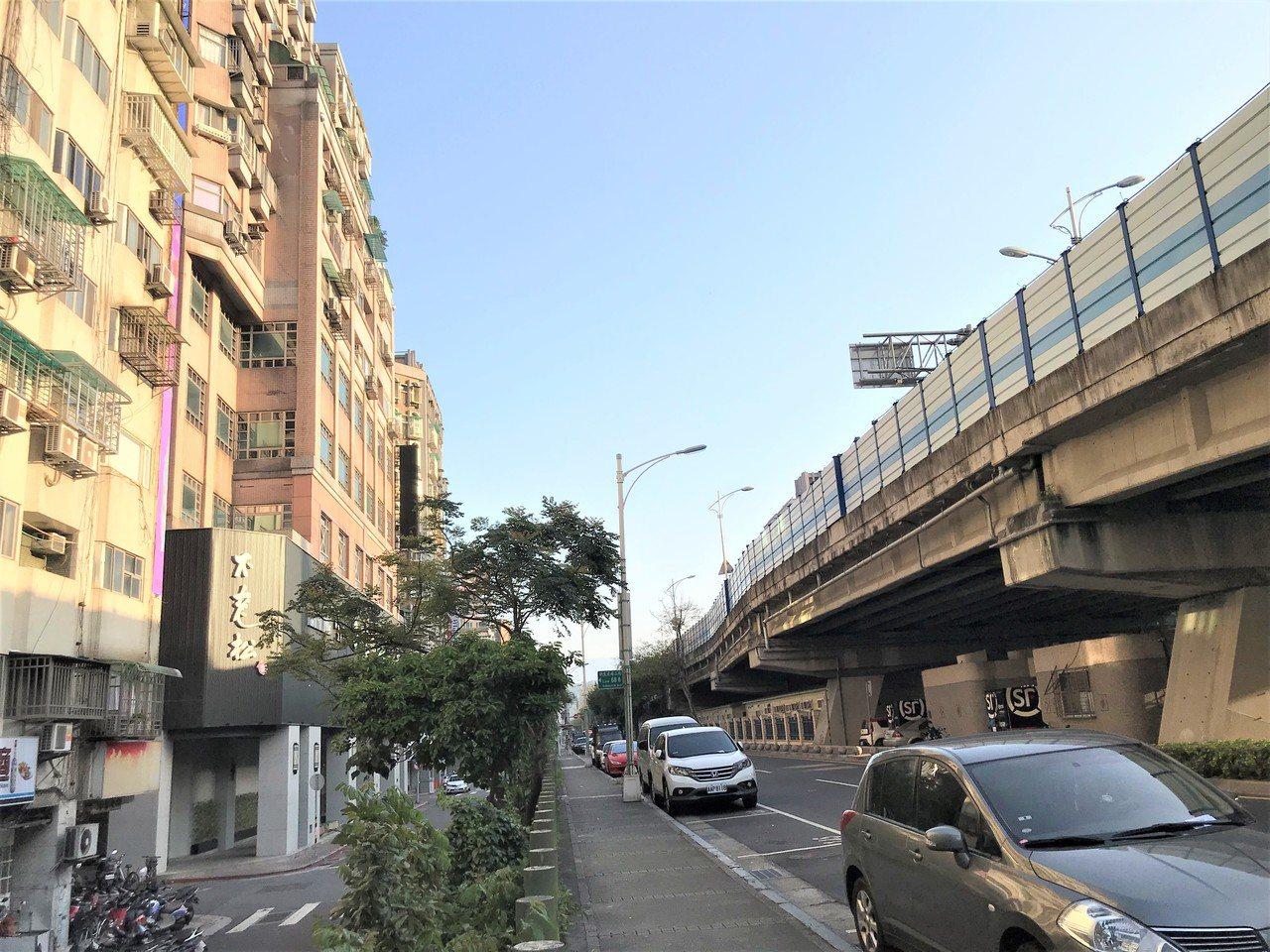 緊臨新生高架橋的新生北路二段,去年成交136戶電梯大樓,榮登大樓交易王。記者游智...