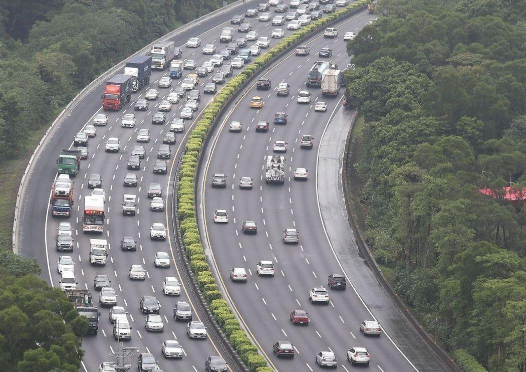 交通部預估國道交通量在4日、5日及7日達高峰,為避免掃墓車潮過度集中清明假期假期...